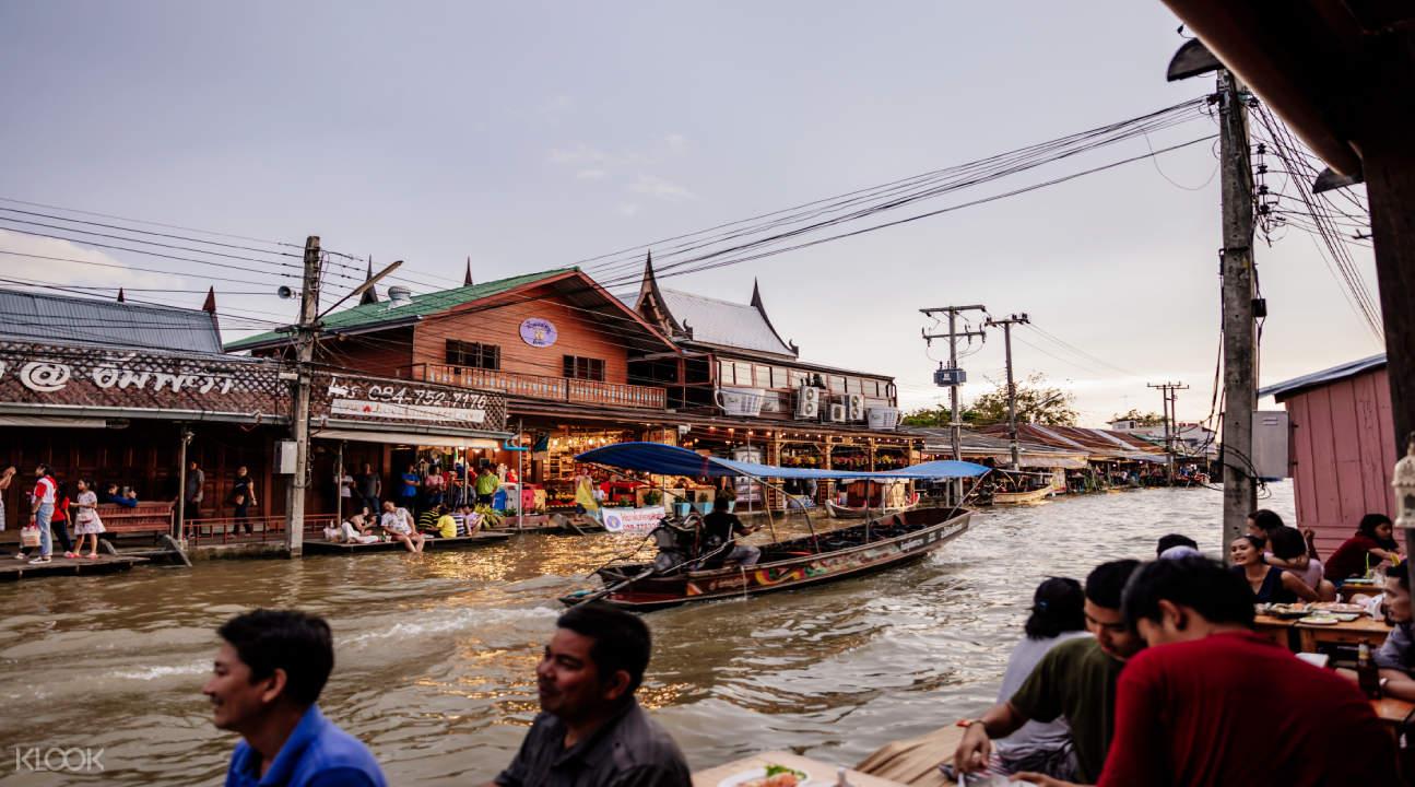 busy floating market in bangkok